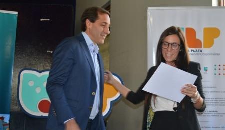 El intendente de la ciudad de La Plata Julio Garro y la diseñadora Florencia López. Foto: Dopler Agencia de Noticias de Diseño. Todos los derechos reservados