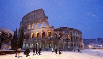 El Coliseo cubierto de nieve (REUTERS/Remo Casilli)