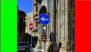 Uno de los males más grandes y más desconocidos de Palermo, la señalización vial sin fin y sin sentido.Aún más grave cuando se utiliza cerca de nuestros monumentos.En esta foto una pequeña muestra antes de la Santa Maria la nueva iglesia. los ejemplo