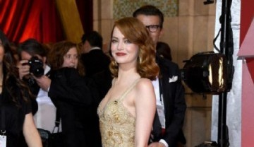 Emma Stone  impulsora del look sexy chic con un diseño de Givenchy  (Photo by Kevork Djansezian/Getty Images)