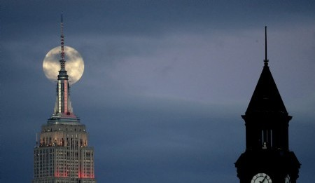 La superluna detrás del Empire State Building vista desde Jersey City, Nueva Jersey (AP Photo/Julio Cortez)