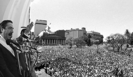 Raúl Alfonsín en el Cabildo el 10 de diciembre de 1983