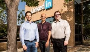 Satya Nadella (centro), CEO de Microsoft, junto a Jeff Weiner (izq, CEO de LinkedIn) y Reid Hoffman (fundador de LinkedIn, derecha).