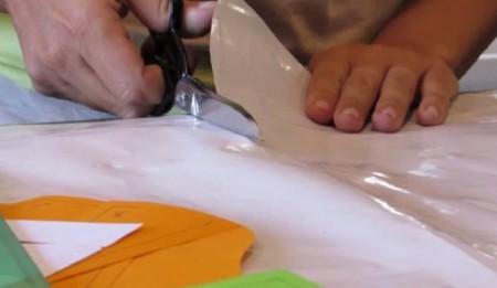 La joven, en pleno diseño de las mochilas con esa material reciclable