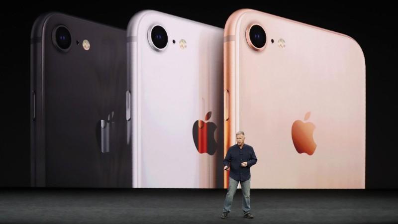 Los nuevos colores del iPhone 8, en la presentación de Phil Schiller foto: Reuters