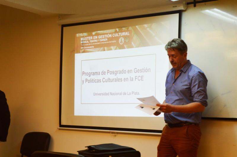 El presidente de Icomos Argentina Pedro Delheye presentando la disertación de Gianula Kanelos