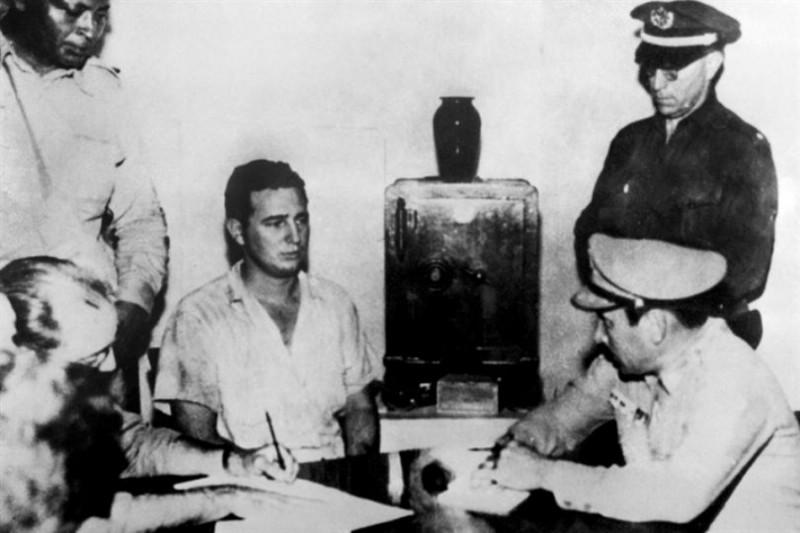 Fidel Castro da su declaración al coronel Chabiano, jefe militar del Cuartel Moncada, el Mayor José Izquierdo, Jefe de la Policía, teniente Sama y Lavastida, jefe del Servicio de Inteligencia del regimiento (SIR)
