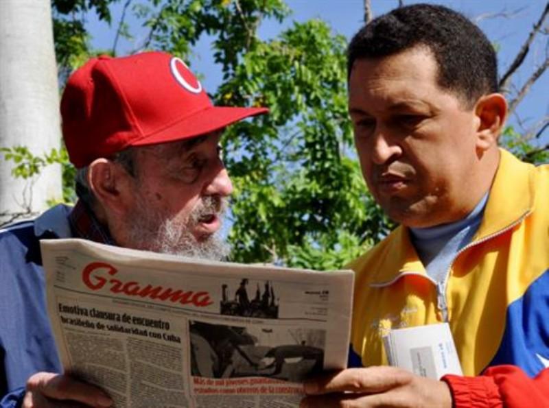 Fidel Castro y Hugo Chávez, se ven en el periódico estatal Granma en un lugar desconocido en La Habana, Cuba, martes 28 de junio de 2011.