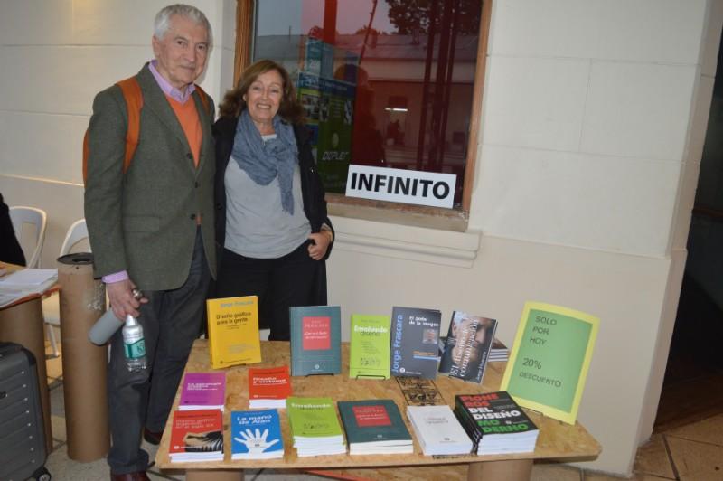 Cristina Lafiandra (Ediciones Infinito) con Jorge Frascara en su stand con los libros de investigación de diseño.Foto: Dopler Agencia de Noticias de Diseño. Todos los derechos reservados