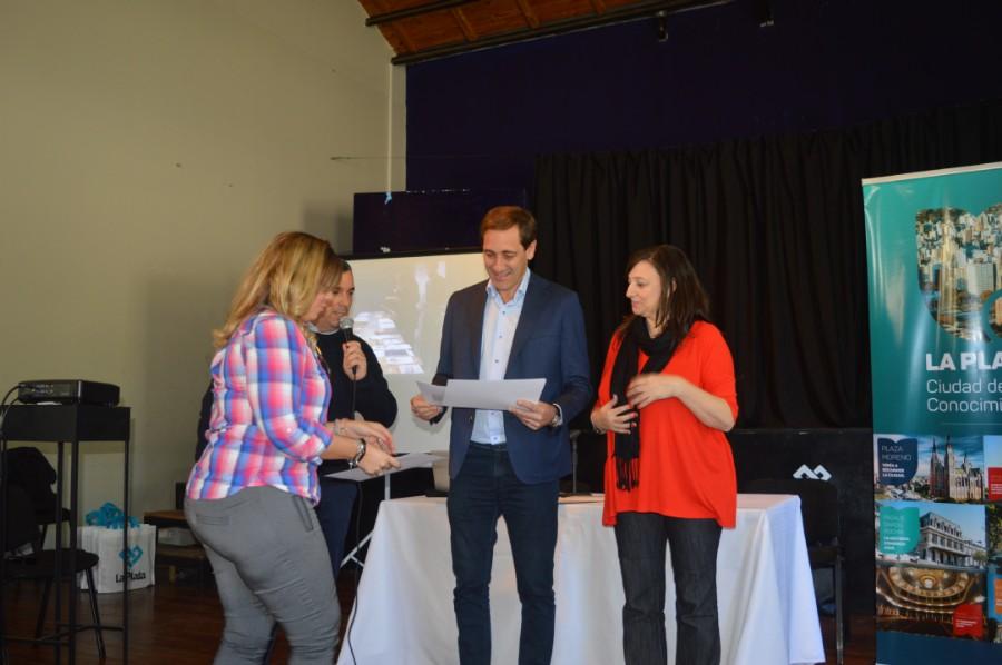 La diseñadora Natalia Ormazabal, presidenta de la ADCV BA recibiendo el diploma por el apoyo con la institución