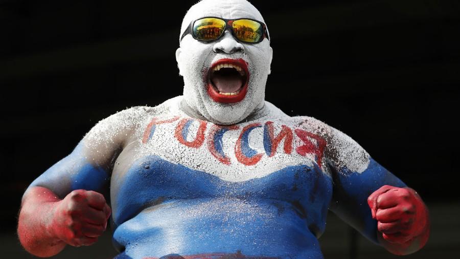 El camerunés Rigobert Youmbi es un hincha caracterizado en la historia de los Mundiales. Suele pintar todo su cuerpo con los colores del país anfitrión (AP Photo/Rebecca Blackwell)