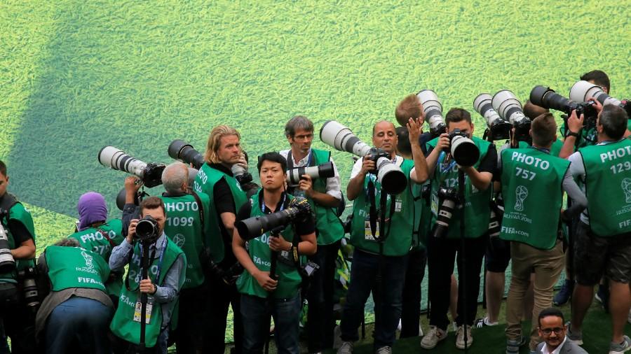 La fila de fotógrafos, mientras esperaban la llegada de los protagonistas de las ceremonia inaugural (REUTERS/Maxim Shemetov)
