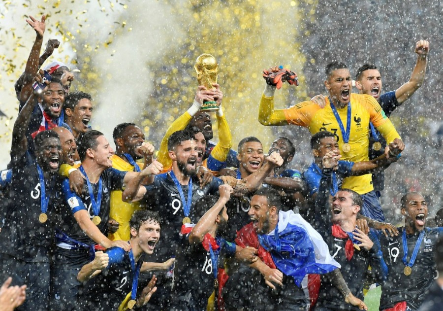 Jugadores de Francia celebran la victoria con la copa del mundo. (AP Photo/Martin Meissner)