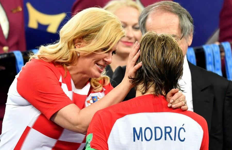 La Presidente Croata Kolinda Grabar-Kitarovic, junto al jugador Luka Modric. (AP Photo/Martin Meissner)