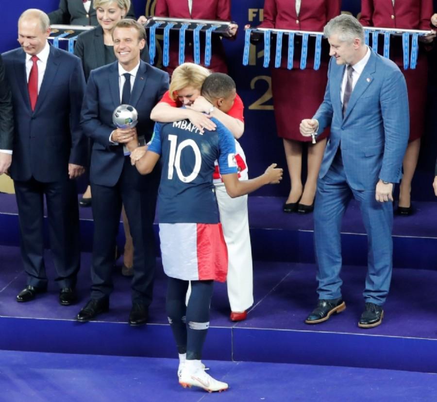 La Presidente croata Kolinda Grabar-Kitarovic saluda al jugador Frances Kylian Mbappe. (AP Photo/Frank Augstein)