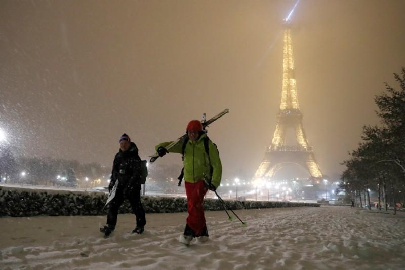 Dos personas con esquís cerca de la Tour Eiffel en París (REUTERS/Gonzalo Fuentes)
