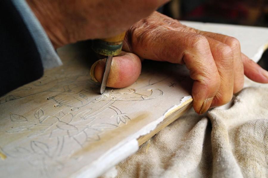La elaboración de un dibujo consiste en una combinación de grabado e impresión en una tabla de madera que después se pinta manualmente.