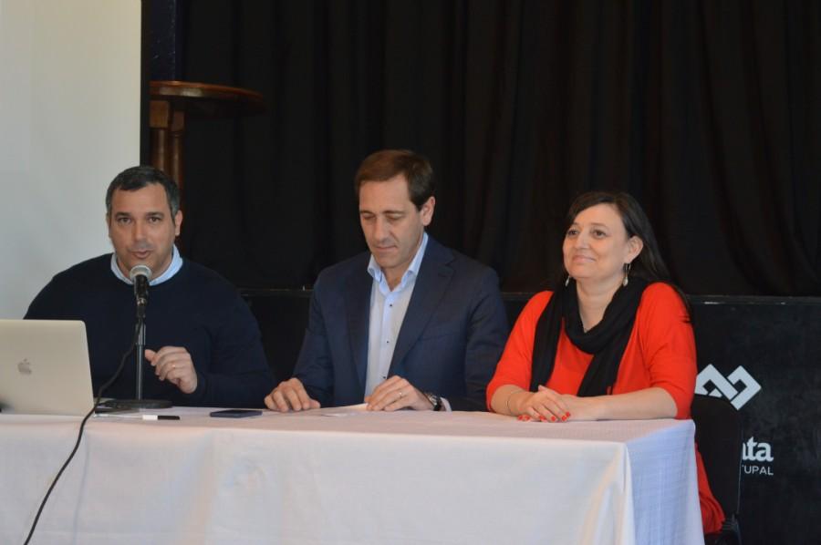 El Subsecretario de Desarrollo Económico disertando junto a el intendente Julio Garro y la Secretaria de Desarrollo Urbano y Económico Ileana Cid. Foto: Dopler Todos los derechos reservados