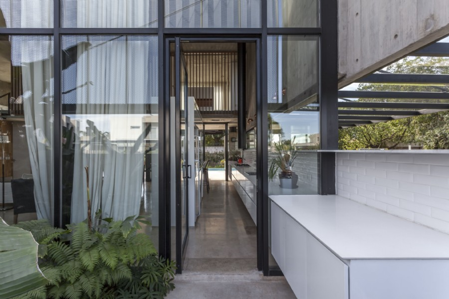 El aluminio permite elegir marcos de infinitos colores.  Casa Adrogué Chico (Arq. Jorgelina Tortorici) con perfilerías Hydro. Foto Federico Kulekdjian