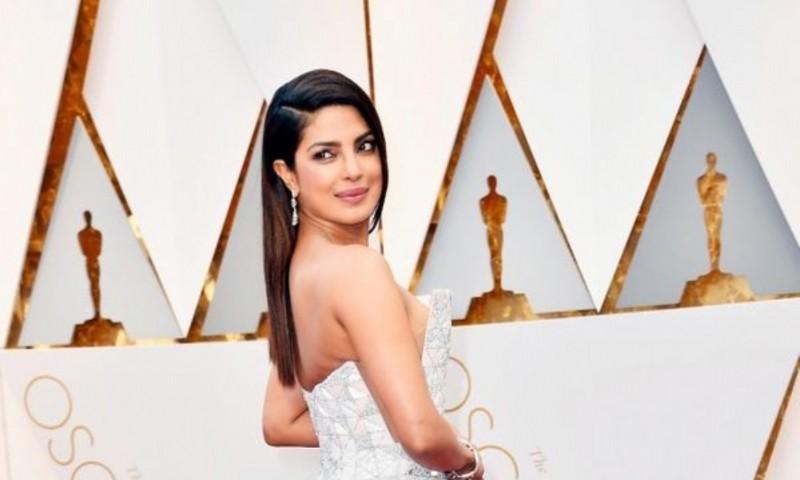 Priyanka Chopra con un modelo asimétrico que resaltaba su imponente figura (Frazer Harrison/Getty Images)