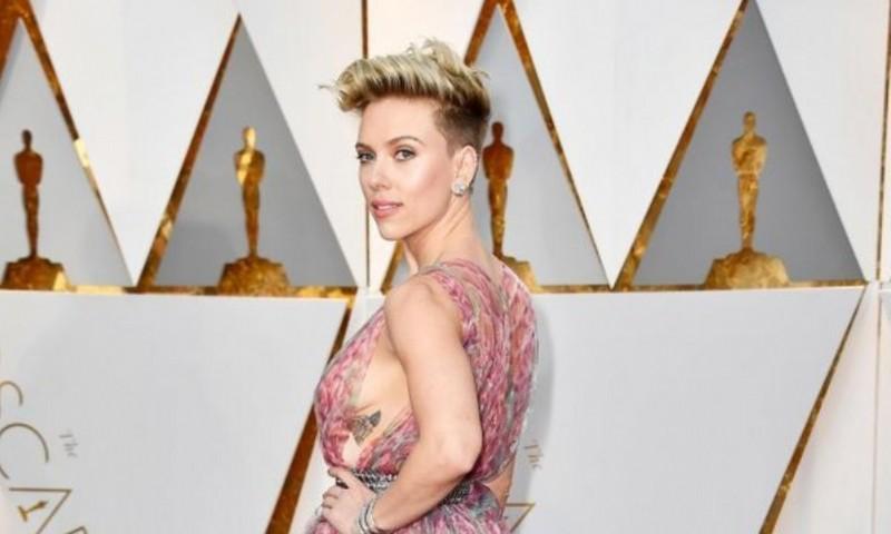 Scarlett Johansson con transparencias y escote profundo (Photo by Frazer Harrison/Getty Images)