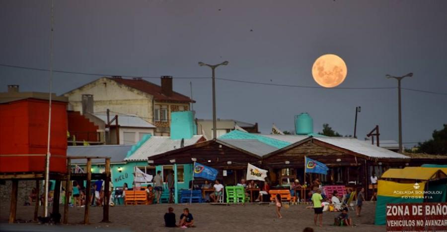Luna Equilibrista Foto: Adelaida Somoulou - Claromecó - Argentina