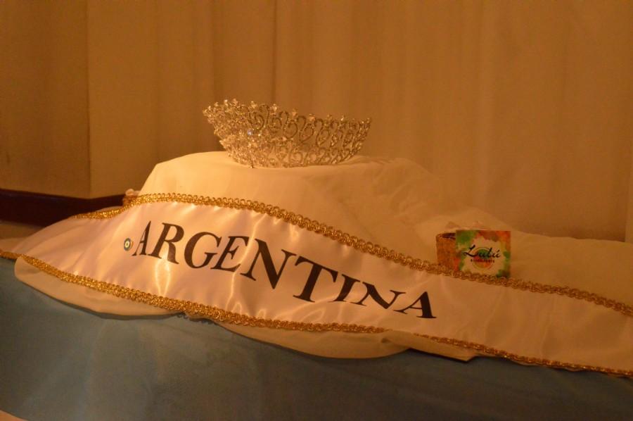 Banda, bandera y corona junto a los diseños que se entregaron ayer de la marca de accesorios Bijouterielulu. Foto Dopler Agencia de Noticias de Diseño. Todos los derechos reservados