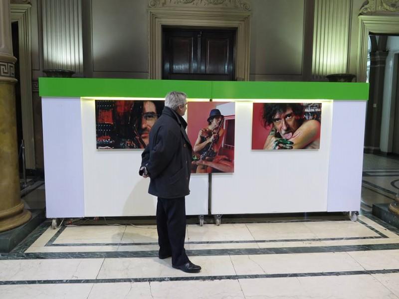 Admirador de Charly García observando detalles de algunas de las fotos de la muestra. Foto: MV