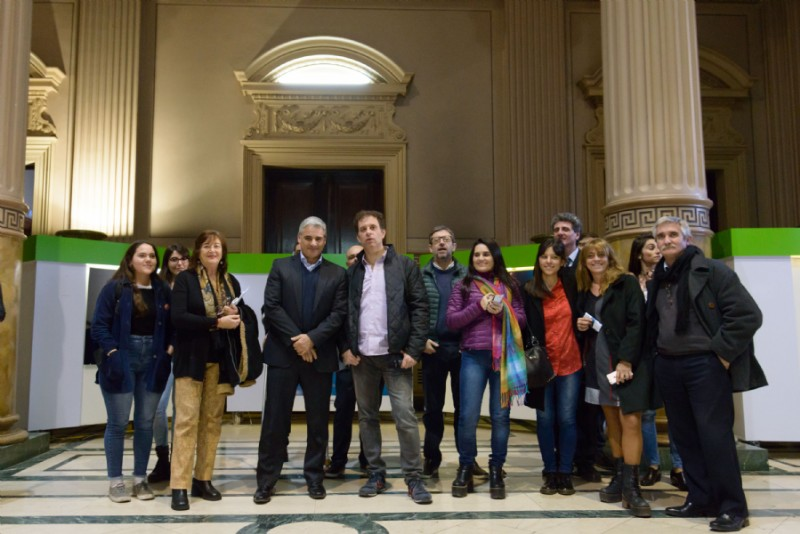 Foto grupal para Charly García tomada por Carlos Curell fotógrafo de la Cámara de Diputados de la Pcia. de Buenos Aires
