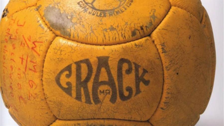 1962, Chile: en el Mundial de Chile se utilizó la Crack con un número mayor de paneles, así la pelota era más redonda que en las otras copas del mundo   Fuente: Archivo