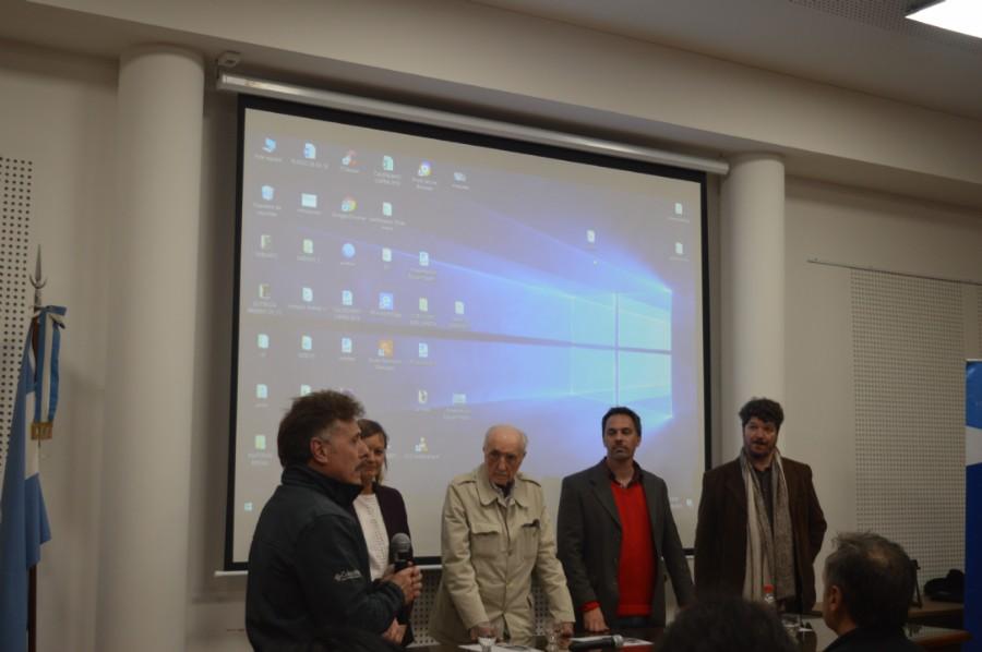 Mesa de disertantes antes de la proyección de los cortos y el largometraje