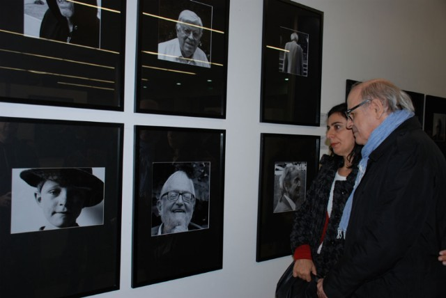 Quino en la apertura de la muestra, frente a los retratos de Bob Gill, Daniel Divinsky, Sábat y Tomás Maldonado.