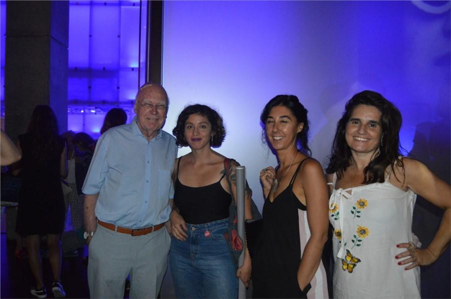 El diseñador Gui Bonsiepe acompañado por en la expo MATRICES por la Directora de Dopler  DCV Mariela Lopazzo, la DG María Aramburu y la DG Emilia de Cooperativa de Diseño .Foto: Dopler Agencia de Noticias de Diseño. Todos los derechos reservados.