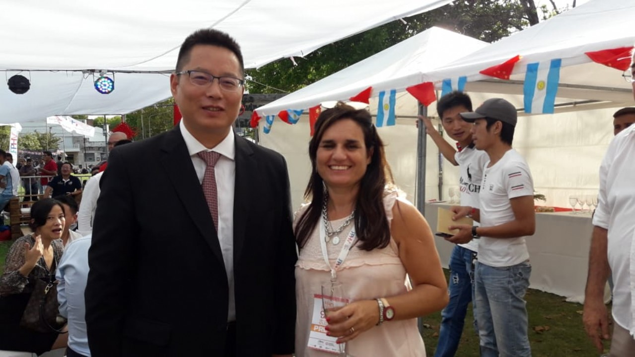 Conversando con el Cónsul de la República Popular de China Dr. Zhijun CHEN, intercambiando visiones del Evento