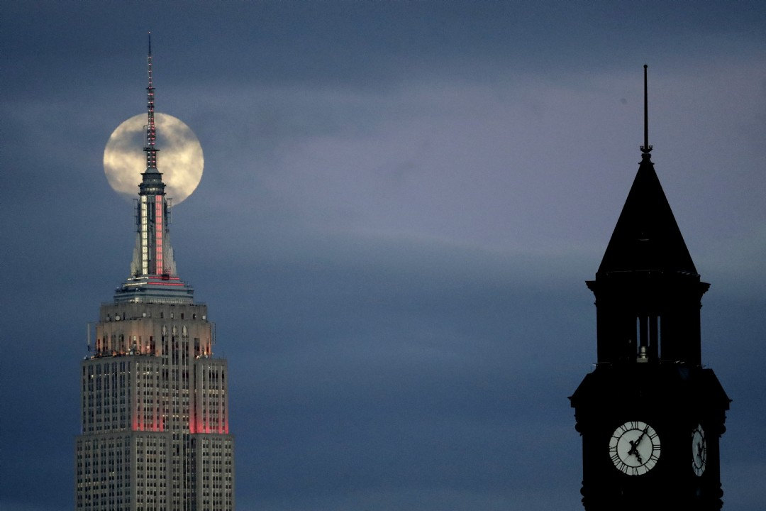 La superluna detrás del Empire State Building vista desde Jersey City, Nueva Jersey (AP Photo/Julio Cortez)