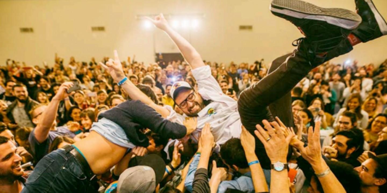 El diseñadora San Spiga volando con sus fans. Foto Prensa TRImarchi2018