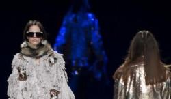 Custo Barcelona, otro de los grandes diseñadores que participa siempre de las semanas de la moda de Madrid, llevó su colección con llamativos diseños. Camperones y tapados peludos al estilo yeti