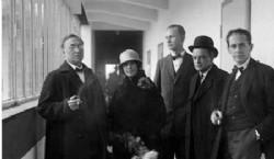 Inauguración de la nueva Bauhaus. Wassily Kandinsky, Nina Kandinsky, Georg Muche, Paul Klee, Walter Gropius, Germany, Dessau. Photo © Walter Obschonka, 1926.