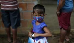 De un simple pañuelo a las mascarillas comerciales, pasando por las que se hacen en la casa, la protección contra la COVID-19 es real, pero varía (Reuters/ Jason Cairnduff)