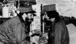 Fotografía cedida, por el sitio oficial Cubadebate que muestra al ex presidente cubano Fidel Castro en la Sierra Maestra en 1958.