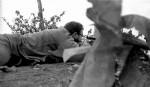 Foto tomada el 08 de enero de 1959 que muestra al lider cubano Fidel Castro encaramado en un jeep, acompañado del tambien lider revolucionario Camilo Cienfuegos, cuando ingresan con las tropas guerrilleras a La Habana. Foto: Archivo