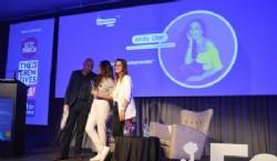 Osvaldo Palena organizador y director de FePI entregando un presente a Andy Clar acompañada por Belén Viano