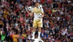 El arquero español Iker Casillas fue el encargado de presentar el trofeo junto a la modelo rusa Natalia Vodiónova. Foto Infobae