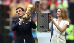 Casillas levantó el trofeo en Sudáfrica 2010 y esta vez lo presentó ante un público que empezaba a colmar el Luznhiki (REUTERS/Carl Recine)