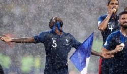 Samuel Umtiti celebra la victoria en la final de la copa del mundo frente a Croacia. (AP Photo/Petr David Josek