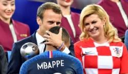 CAMPEONES! Kylian Mbappe celebra con el Trofeo de la copa del mundo la victoria. REUTERS/Kai Pfaffenbach home