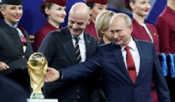 Jugadores de Francia celebran la victoria con la copa del mundo.(AP Photo/Frank Augstein