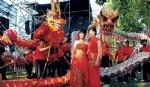 Lyla Peng, co-conductora del evento, y Angela Chung, anfitriona, posaron junto a los dragones. (Fotos: Fabián Mattiazzi y Télam.)