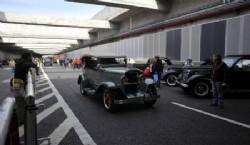 La flamante autopista se convirtió en un túnel del tiempo automotor