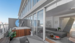 Una de las ventajas de los marcos esbeltos es el mayor ingreso de luz natural a la vivienda Mirabilia Desarrollos con carpinterías Aluar